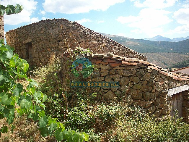 Barn for restoring into house in Sierra de Gredos.